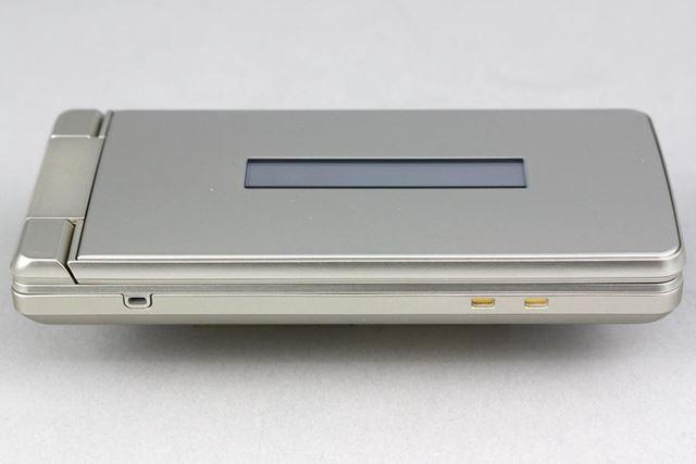 左側面にはストラップホールと、同梱のクレードルと接続するための端子が配置されている
