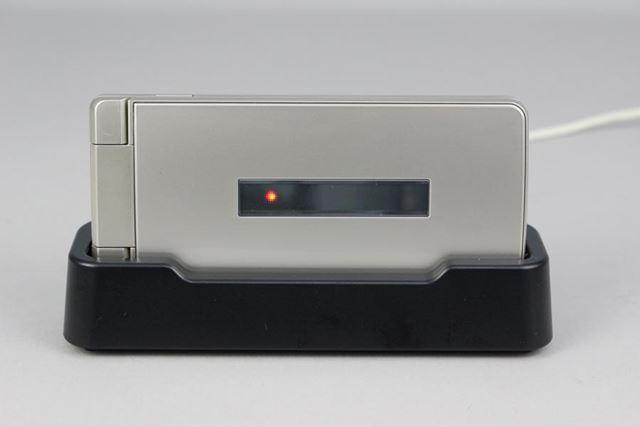 充電用のクレードルが同梱される。なお、ACアダプターは別売りとなる