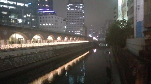 夜景を遠景で撮影。こちらも照明との明暗差を処理しきれなかったようで、全般に白くぼんやりとした写りだ