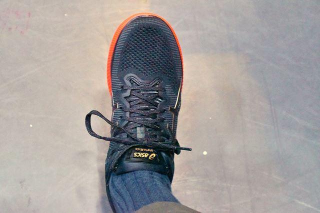 足を入れた時の印象は、同社のほかのランニングシューズと同じように足をやさしく包み込んでくれる感じ