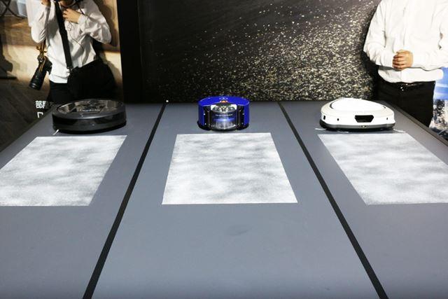 Dyson 360 Heuristと同価格帯のハイクラスのロボット掃除機で掃除力を比較。床に撒かれているのは重曹です