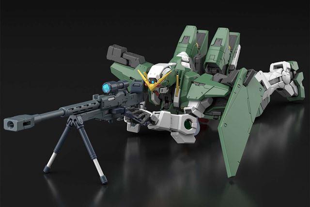 「GNスナイパーライフル」のスタンドを展開し、本体を地面に伏せた「狙撃」の構えも再現できる