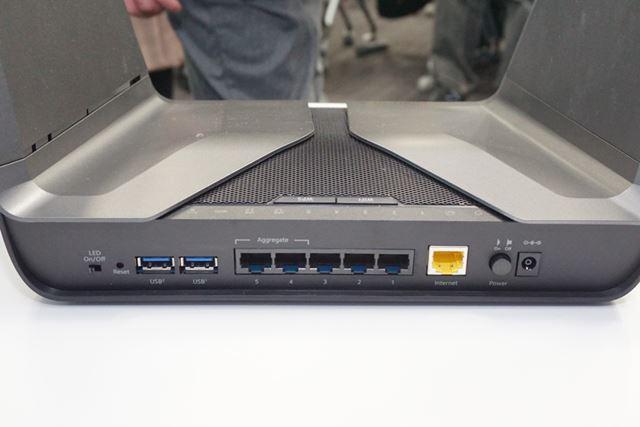 有線LANやUSB 3.0ポートといったインターフェイスは後部に配置