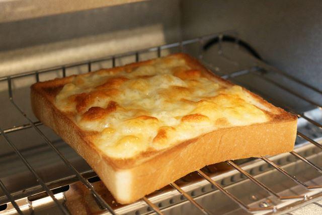 チーズトーストは、焼いている途中でチーズがぐつぐつと煮えたぎるのも見物!