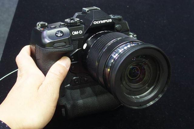 縦位置グリップ一体構造を採用するプロ機「OM-D E-M1X」