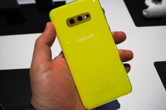 Galaxy S10eの背面。ポップカラーのCanary Yellowが用意されるなど親しみやすさもポイントのひとつとなる