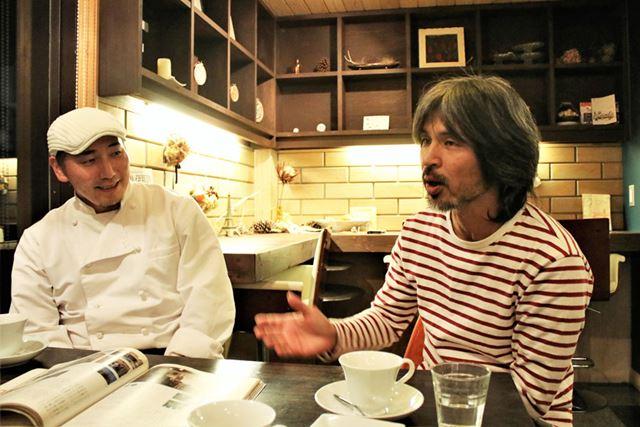 「kurabe」オーナーシェフの渡邊竜朗さん(左)と「にっこり農園」の青木俊明さん(右)