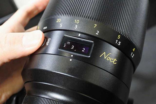 絞り値や撮影距離を確認できる表示パネルも搭載している