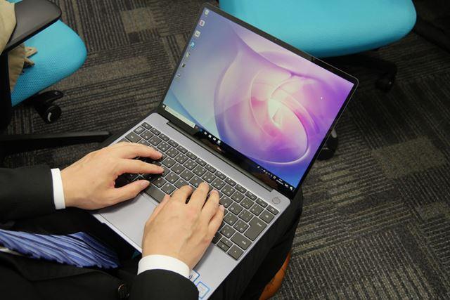 膝の上に置いて使用する際でも、大きな画面は作業の効率性を上げてくれるだろう
