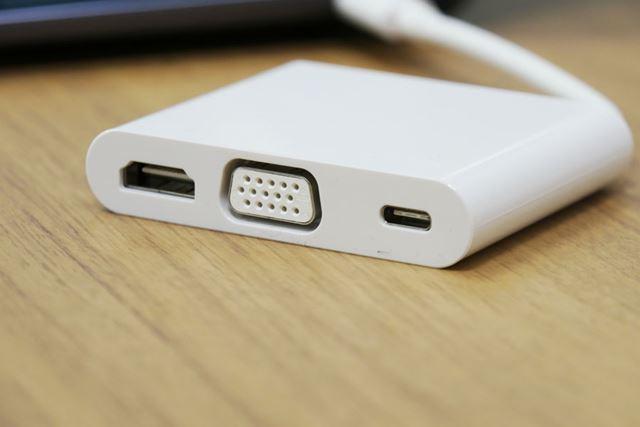 HDMI、VGA、USB Type-Cポートを備えるアダプター「MateDock 2」が付属するのはありがたい