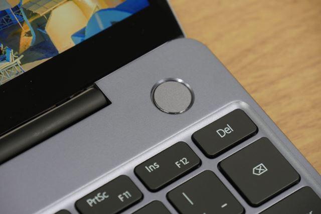 指紋認証センサーを備える電源ボタン。指紋を登録しておけば、起動とログインを同時に行える