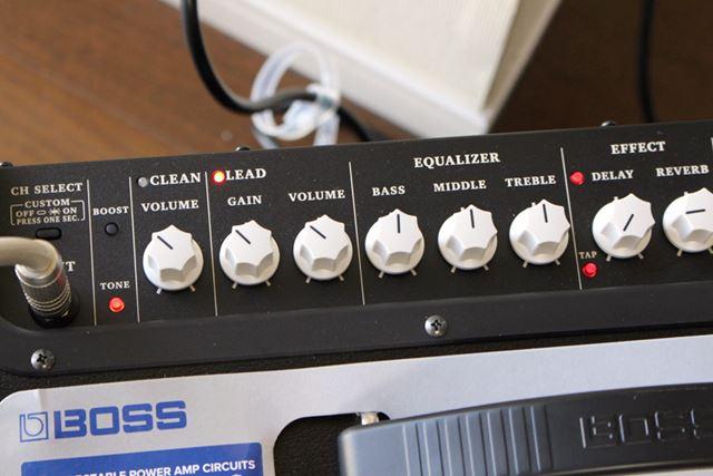 デジタル機器的に複雑なところは何もなく、普通にギターアンプらしいわかりやすい操作パネル