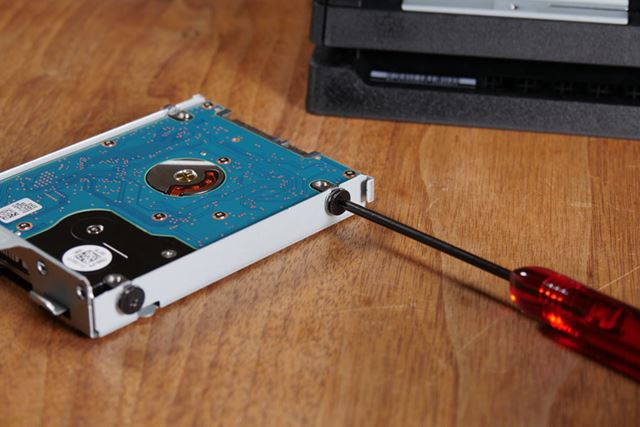HDDは4つのネジでケースに固定されているので、これらを取り外します