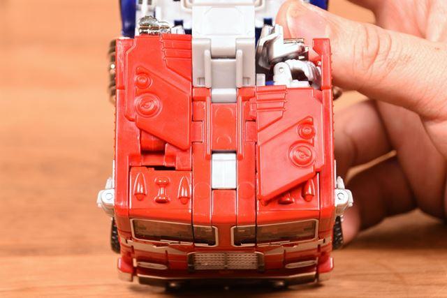 パーツが増えたことで細部がリアルになった。左側のみ、腕のパーツが移動してキャブの天井になった状態