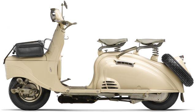 フロントにトランクを装備した「S55」(1953年発売)。2人乗りも可能だ