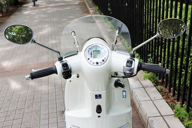 コックピットも国産スクーターとは一線を画するデザイン