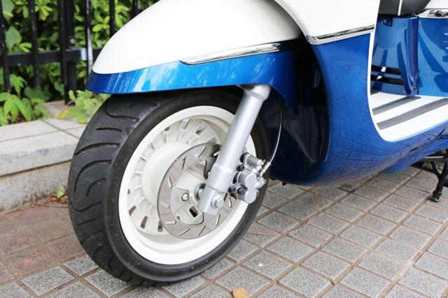 フロントブレーキはディスクでABSも装備。十分な制動力を持ち、すべりやすい路面でも安心感が高い