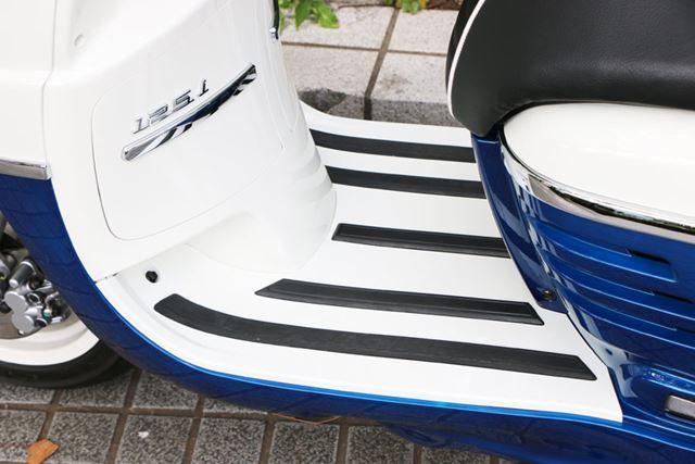 荷物を置いたりできるように、フットスペースがフラットに作られているのもヨーロッパ製スクーターの特徴