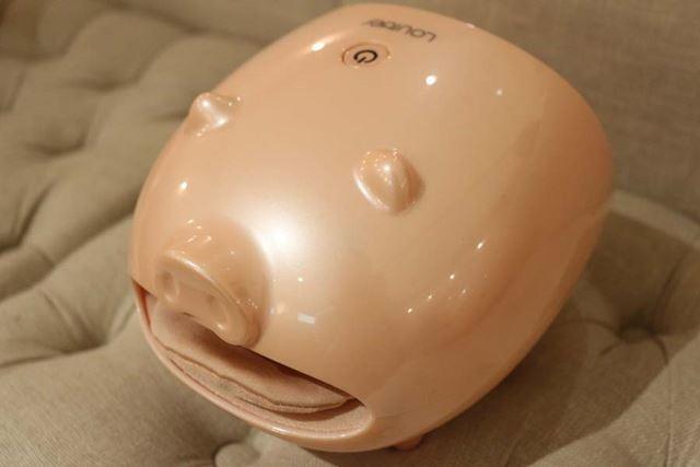 子ブタを模した形状がチャームポイント。付属のフェイスシールで表情を付けることもできます