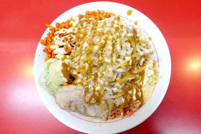 やってきましたよ、ニンニクザンマイ(780円)! 写真の「普通」は麺250g、豚肉1枚の組み合わせです