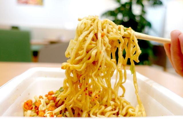 麺は極太タイプ。用心棒カップ麺と、ほぼ同じような歯ごたえや味かも