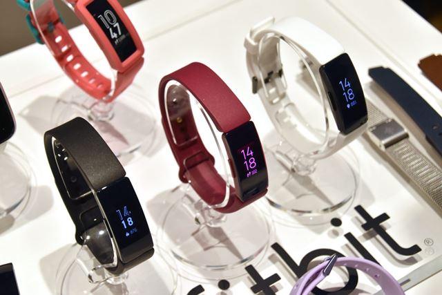 「ブラック」と「ホワイト」が「Fitbit Inspire HR」で、真ん中の「サングリア」が「Fitbit Inspire」