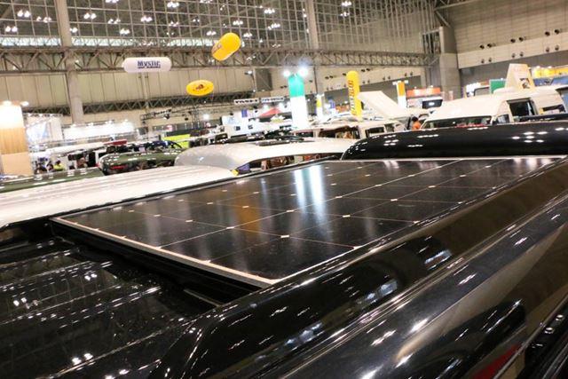 天井に装備したソーラーパネルから電力を供給したり、バッテリーに充電できるようにもできる