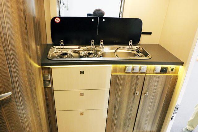 キッチンも本格的なものを搭載。腰を曲げずに調理できるのがうれしい