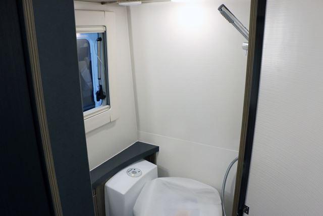 トイレとシャワーが車内にあるのは、とても快適