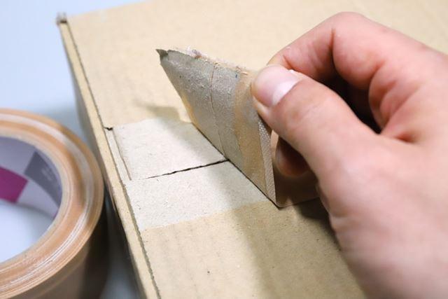無粘着部からはがしていくと、梱包が手だけで簡単に開けられる