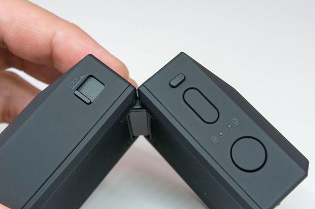 2基のレンズが正面を向いている180°の3Dカメラモードから、ロックを解除すると本体が真ん中から折れます