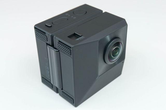 2つ折りの状態を金具で固定すると、2基のレンズが前後を向いた360°カメラモードになります