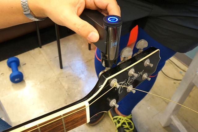 音を大まかに合わせたのち、モードを切り替えて弦の音を鳴らすだけで、自動で調整をし始めます