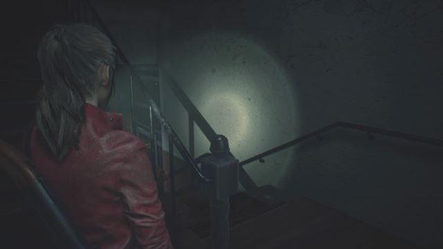 こんな何の変哲のない階段でさえ、クレアが歩く足音や壁のきしむ音などが立体的に聞こえて、本当に怖い