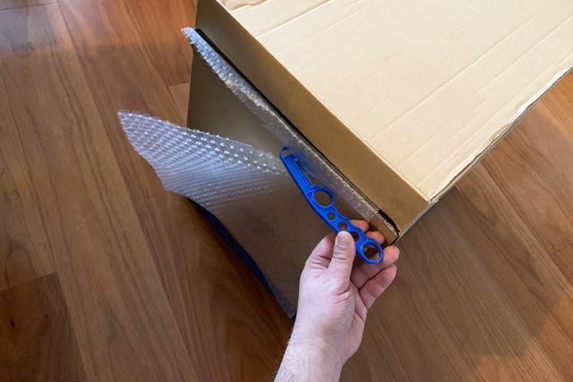 ダンボールの横から必要な分だけを引き出して、専用カッターを引っ掛けて手前に引くときれいに切れます