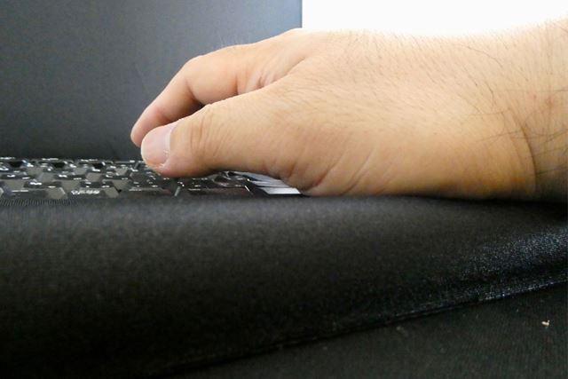 手をのせていると、内部のウレタンフォームが手の沈み具合を記憶して、体圧を均等に分散して支えてくれます