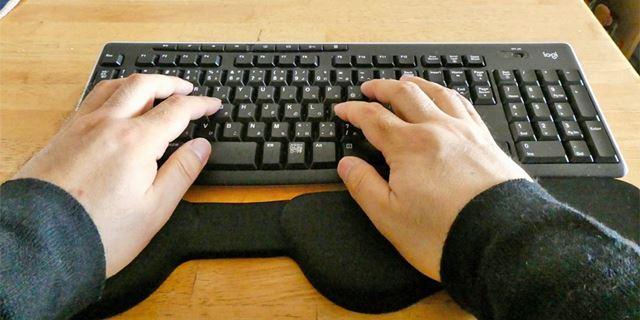 右手を自在に動かす分、左手はほぼ固定位置になりますね