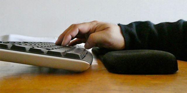 ほどよい弾力性で手首をサポート。キーボードと水平の位置でタイプできます