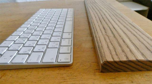 Macのキーボードと木製パームレストを並べると、パームレストのほうが高さがあります