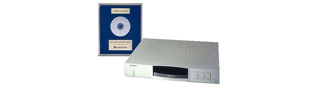 世界初の民生用DVDプレーヤー東芝「SD-3000」。価格は77,000円