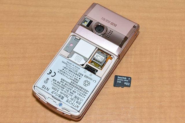 ガラケーにmicroSDメモリーカードを装着し、フォーマットを実行するとデータが保存できるようになる