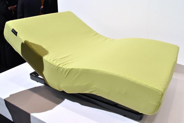 ベッド、マットレス(別売)、カバーで構成された「アクティブスリープ ベッド」。カバーは全6色で展開される