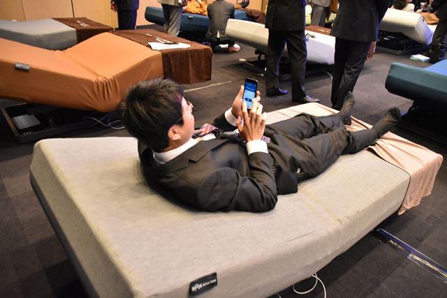 わかりやすいUIにデザインされた専用アプリを使えば、ベッドの上で寝たまま好きな角度に変えられる