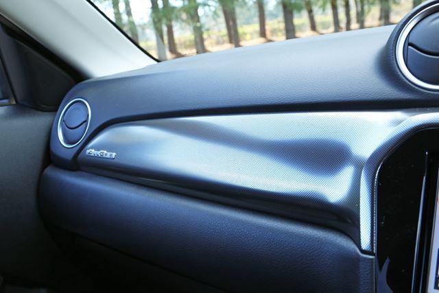 スズキ「エスクード」のインパネには、樹脂に比べて質感の高い「ソフトパッド」が新たに採用されている