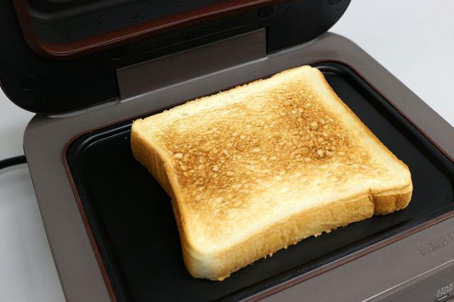 約3分後に焼き上がったトーストは、一般的なトースターで焼いたものと遜色ない感じ