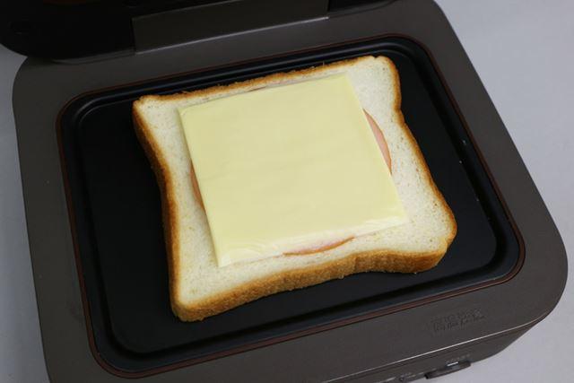 ハムとチーズを載せた食パンをセット