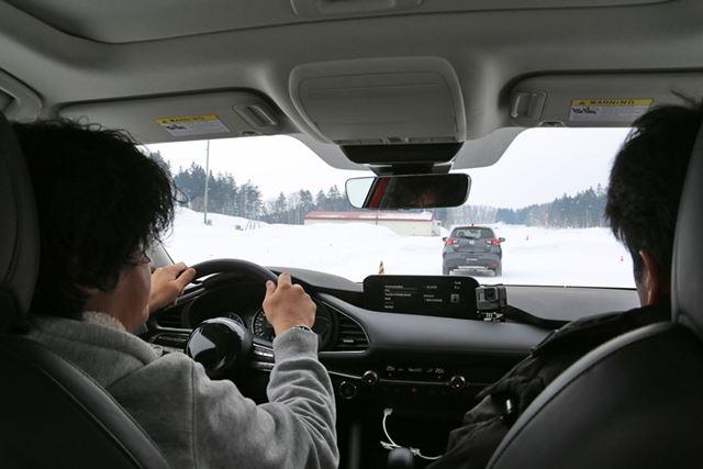 正確なデータを計測するために、先導車の「デミオ」と一定の間隔を保って追走した