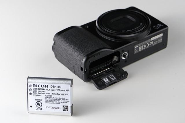 バッテリーは容量1350mAhの「DB-110」を新たに採用。従来の「DB-65」の利用は不可