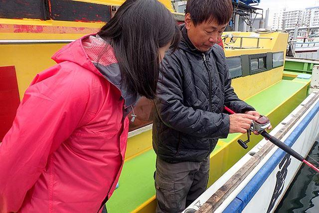 リール(釣り糸を巻いておく道具)の使い方から、アジの誘い方まで、船長がていねいに教えてくれる