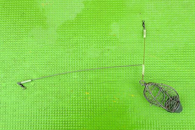 この「ビシ」と呼ばれる道具の短い側を(写真だと上側)、糸の先につなぐ